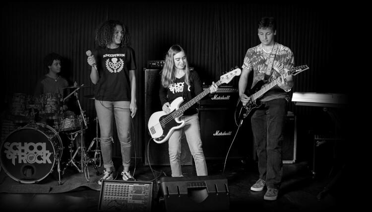 駐唱樂團音樂課程的學生在演唱會中演奏