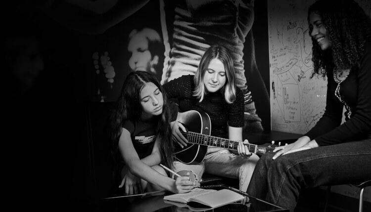 El programa de composición enseña a los estudiantes cómo escribir canciones originales.