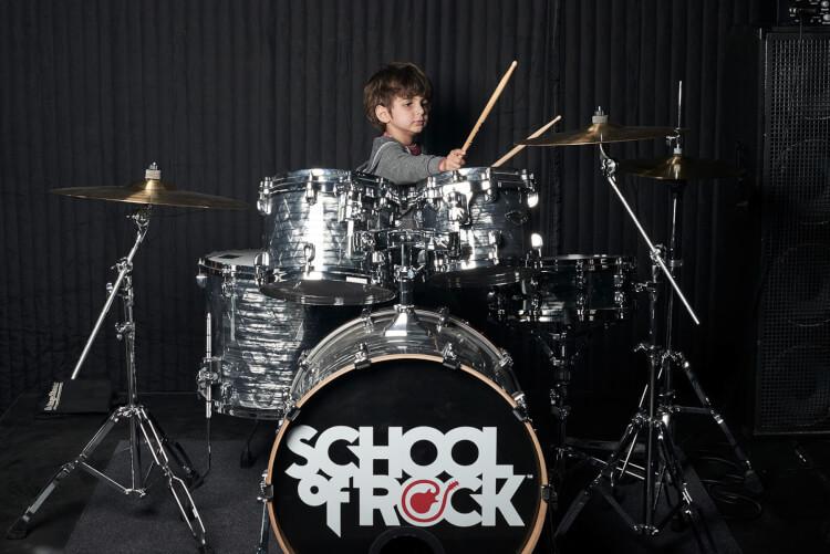 Aulas de bateria para iniciantes na School of Rock