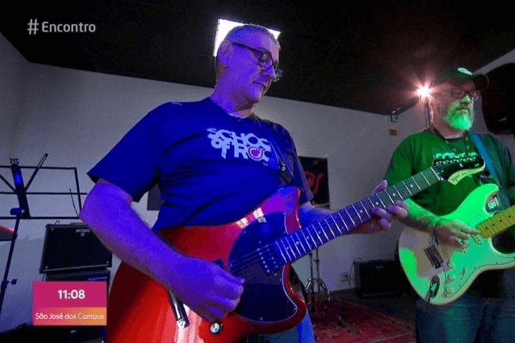 Still de vídeo do aluno tocando Guitarra