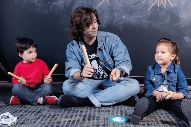 Alunos School of Rock e Professor musicalização infantil, aulas de música