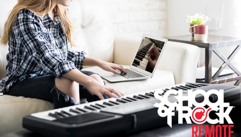Aluna de teclado faz aula pelo notebook