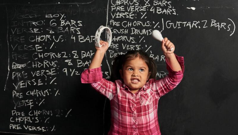Criança em atividade de musicalização infantil.