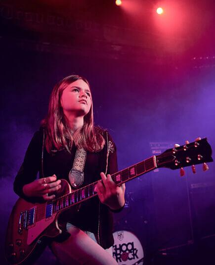 Os alunos apresentam-se em shows de rock por todo o país
