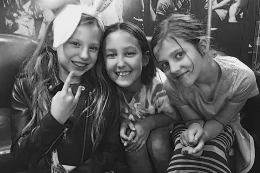 alumnos de música del campamento sonriendo a la cámara
