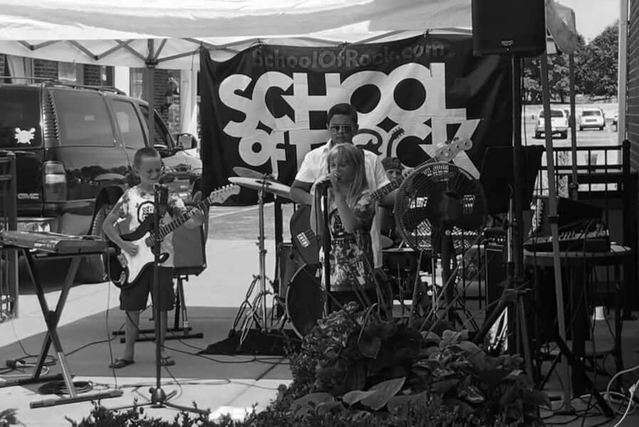 alunos da school of rock tocando ao vivo