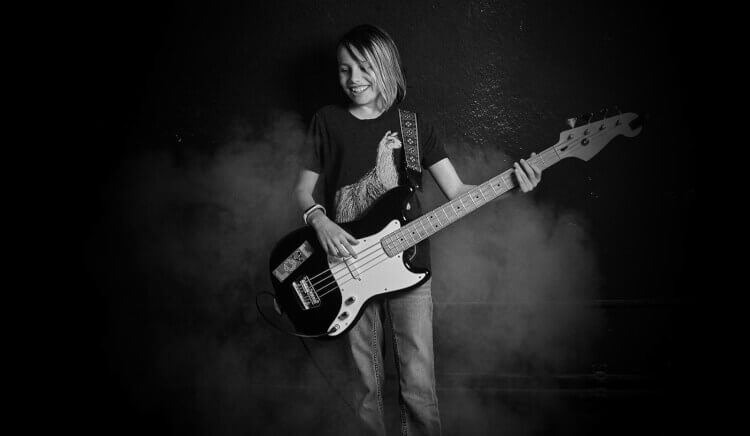Aluno aprendendo a toca no Programa de Composição da School of Rock
