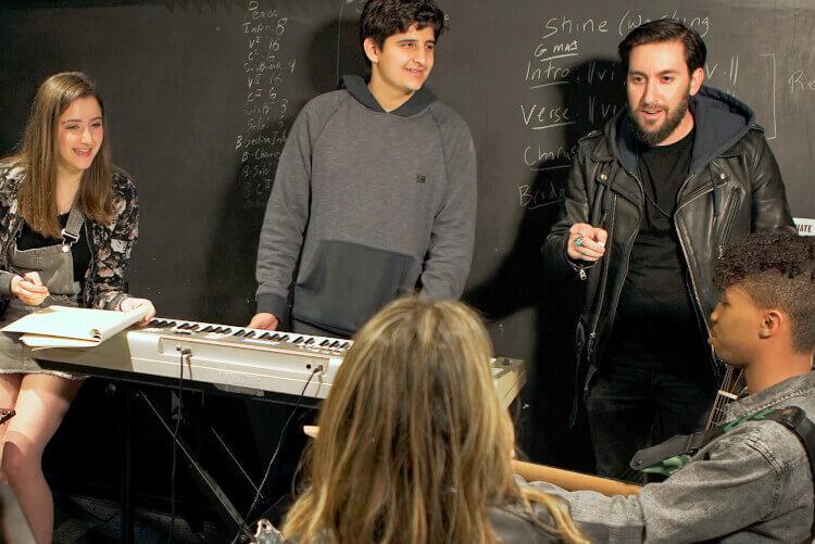 Aluno da School of Rock em uma aula de composição