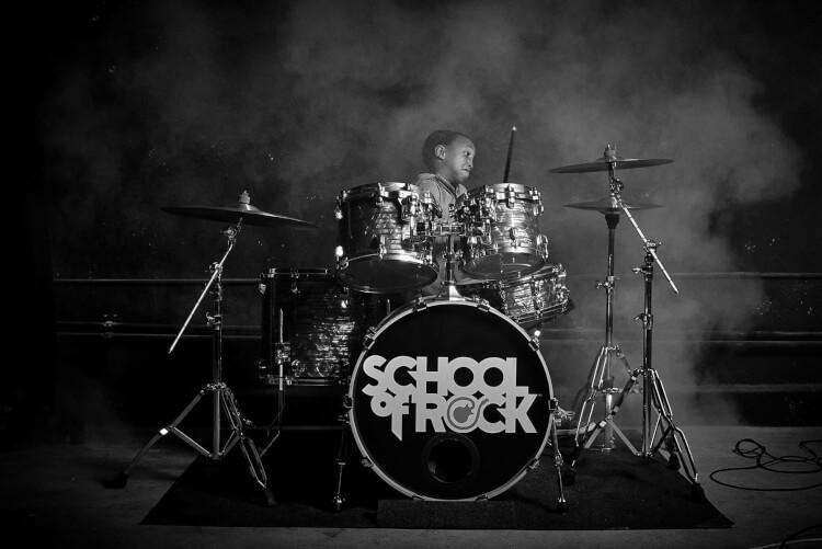Estudante da School of Rock tocando bateria no programa Rookies