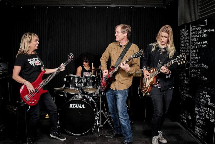 Alumnos ensayando juntos en las clases de música de la School of Rock para adultos