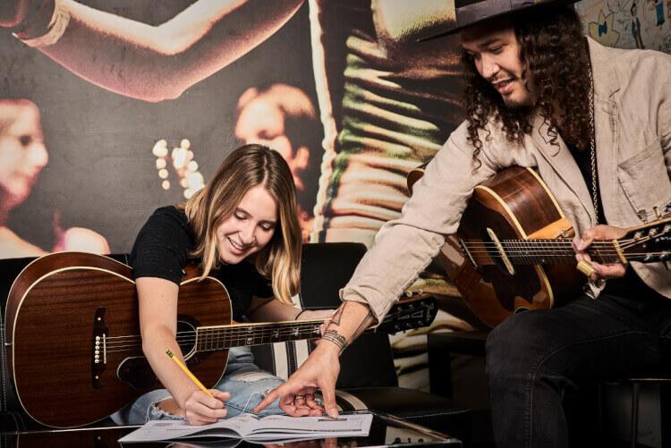 Estudiante de School de Rock componiendo con un maestro