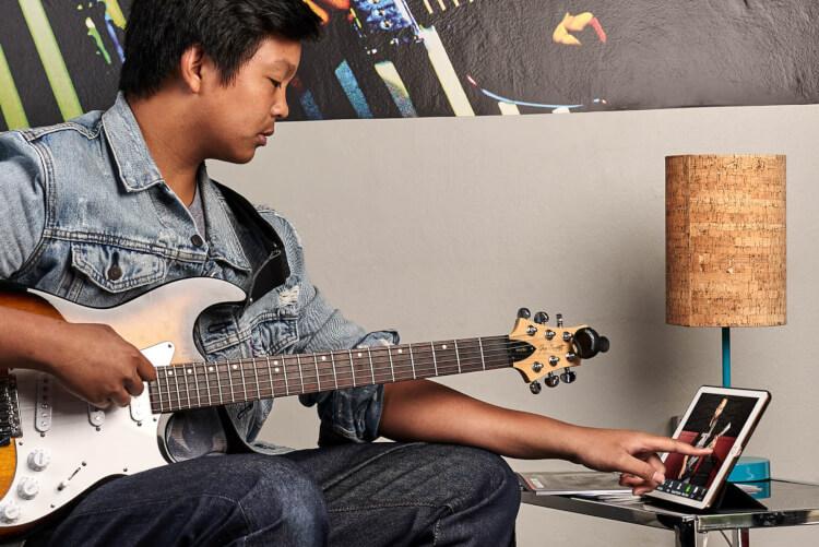 Niño usando un iPad durante su clase de música on-line