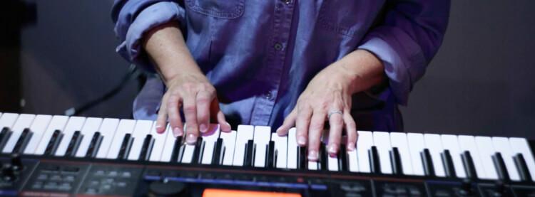 Alumno tocando el piano en el programa de música para adultos de School of Rock