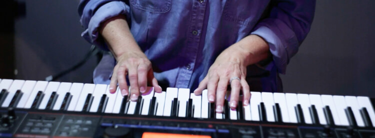 Aluno tocando piano no programa para adultos da School of Rock